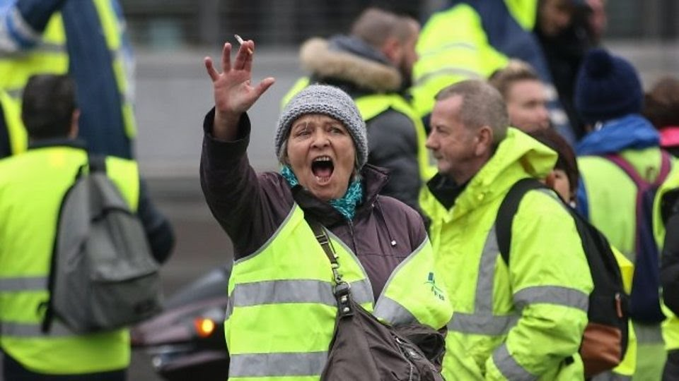 France fuel protests: Who are the people in the yellow vests?