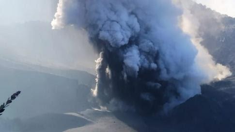 Tangkuban Perahu meletus dengan erupsi diperkirakan 'satu minggu' dan masyarakat diminta 'berwaspada letusan tiba-tiba'