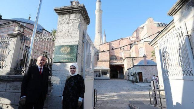 Presiden Erdogan dan istrinya melihat persiapan masjid pada Kamis (23/07).