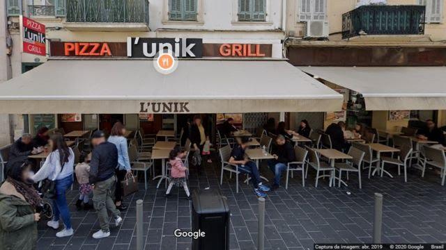 Captura de imagem do Google Street View mostrando fachada de restaurante de dia, com toldo e mesas na área externa