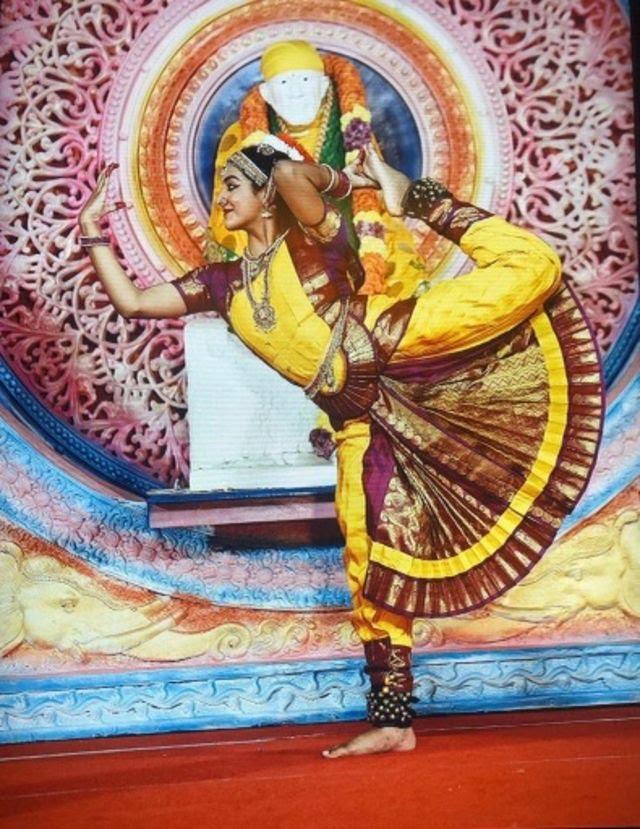 Anika Chebrolu bailando Bharatanatyam, baile clásico indio.