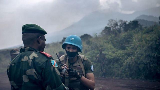 Un général de la RD Congo parle à un soldat de l'ONU.