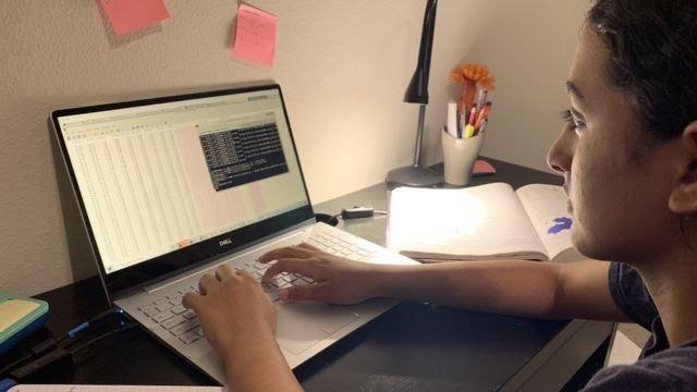 Anika Chebrolu estudiando