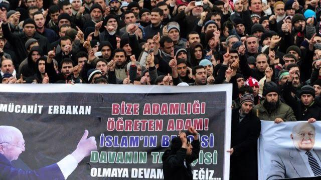 """Erbakan'ın 2011'deki cenaze töreninde yüzbinlerce kişi """"Mücahit Erbakan"""" sloganını attı."""