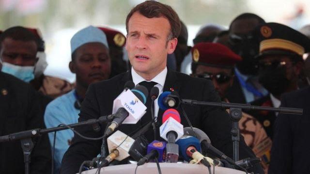 Le président français Emmanuel Macron prononce un discours lors des funérailles nationales du défunt président tchadien Idriss Deby, à N'Djamena, le 23 avril 2021.