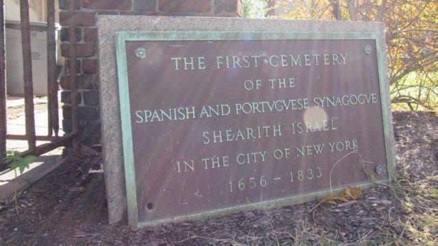 Placa em cemitério dos judeus fundadores de Nova York
