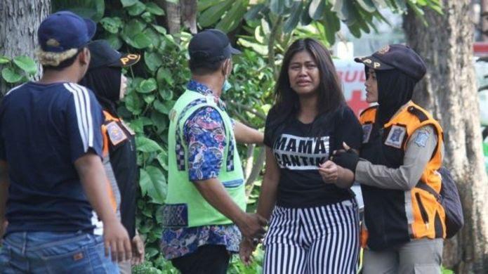 پلیس در حال کمک به کسانی که خانواده خود را گم کردهاند