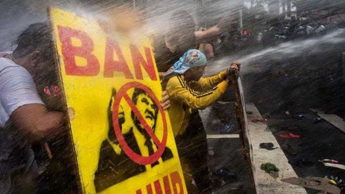 Người biểu tình đụng độ cảnh sát ở Manila hôm 13/11