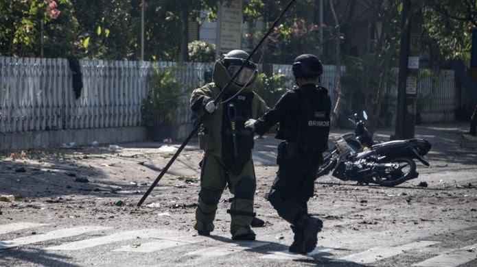 متخصصان خنثی کردن بمب مشغول بررسی محل انفجار