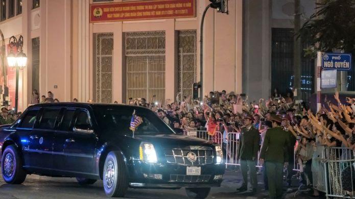 Người dân ở Hà Nội chào đón đoàn xe Tổng thống Donald Trump ngày 11/11