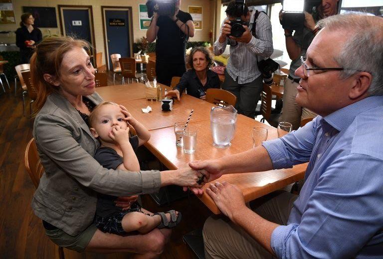Scott Morrison conoce a una mujer embarazada en Picton, Nueva Gales del Sur, frente a representantes de los medios