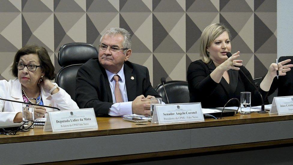 Deputada Joice Hasselmann (à dir.) depõe na CPMI das Fake News, cuja relatora é a deputada Lídice da Mata (à esq.)