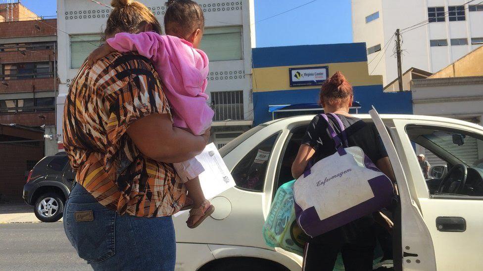 Monica e Raissa deixando a delegacia em carro do Conselho Tutelar