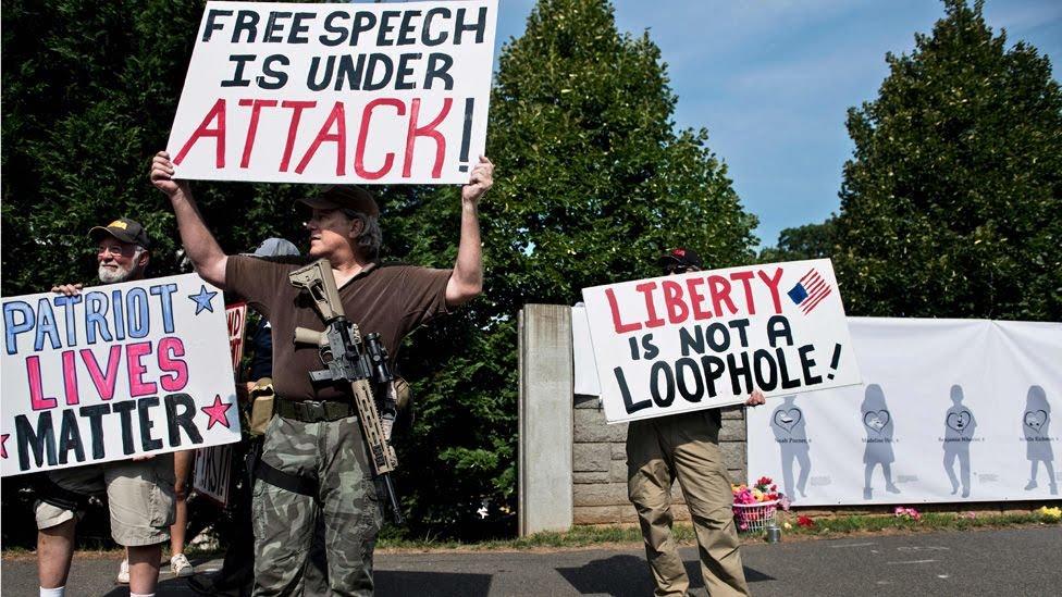 Hombres que se manifiestan por la defensa del patriotismo