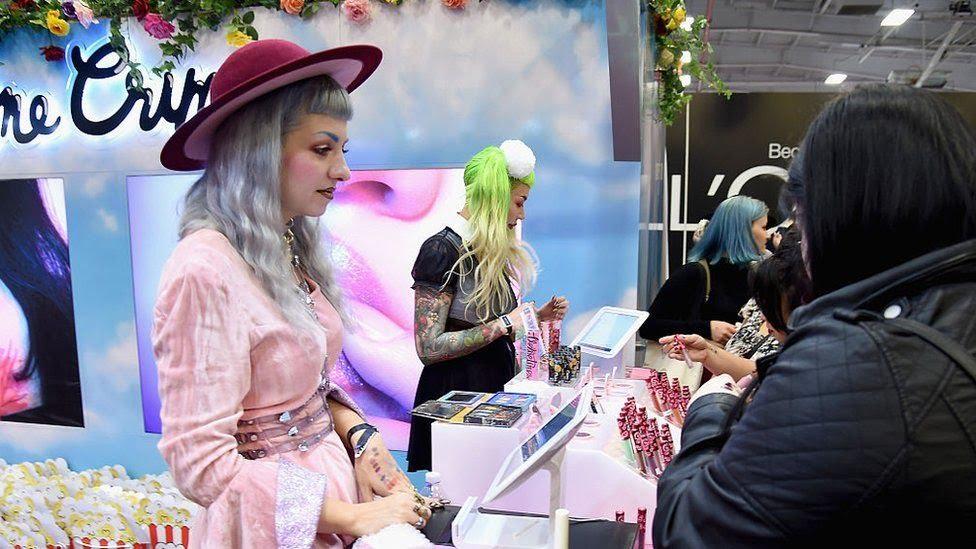 """Mujer con el cabello pintado de color """"unicornio""""."""