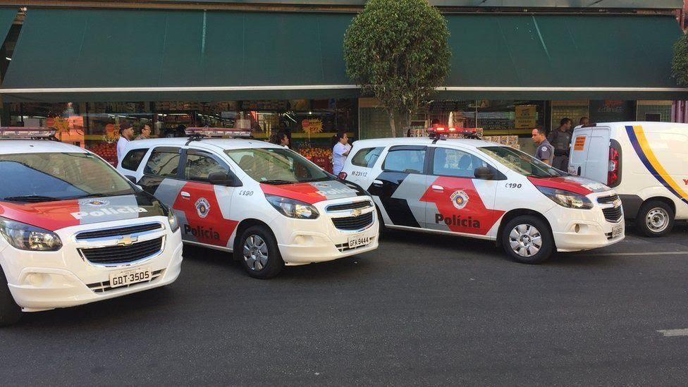 Carros da PM em frente a supermercado em Pinheiros