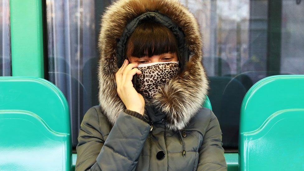 سيدة ترتدي قناع في ميلانو
