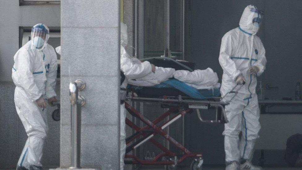 Personal médico traslada a un paciente al hospital Jinyintan en Wuhan el 18 de enero de 2020