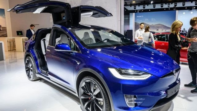 نمایش خودروی تسلا مدل ایکس ۹۰دی در یک نمایشگاه بازرگانی در بروکسل